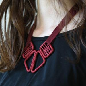 collier-ruban-olgajeanne-sophie-baillet-métal-rouge-ruban