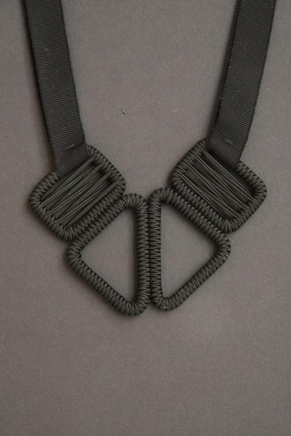 collier-ruban-olgajeanne-sophie-baillet-noir-métal