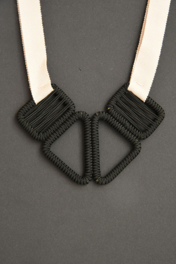 collier-ruban-olgajeanne-sophie-baillet-noir-métal-rose